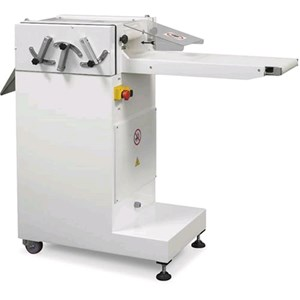 TAGLIAFRESA Mod. TAGLIAF - Struttura in acciaio inox - Lunghezza nastro lavoro cm 24 - Alimentazione 400V 50/60Hz TRIFASE - Potenza Kw 0,37 - Dimensioni cm L 140 x P 52 x 110 H - NORMA CE