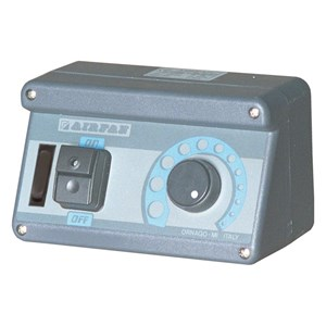 Regolatore di velocità manuale elettronico con contatto valvola gas - Per motori fino a W 1700 - Ampere max 8 - Relè ritardatore per velocità max motore - Interrutore luce - Per aspiratori monofase - IP55