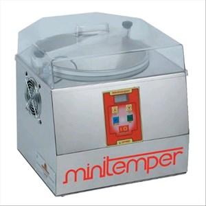 TEMPERATRICE PER CIOCCOLATO - Mod MINITEMPER - Raffreddamento ad aria fredda - Capacità bacinella lt. 5/Kg 3 - Potenza W 300 - Dimensioni cm L 40 X P 42 X 40 H - Norma CE